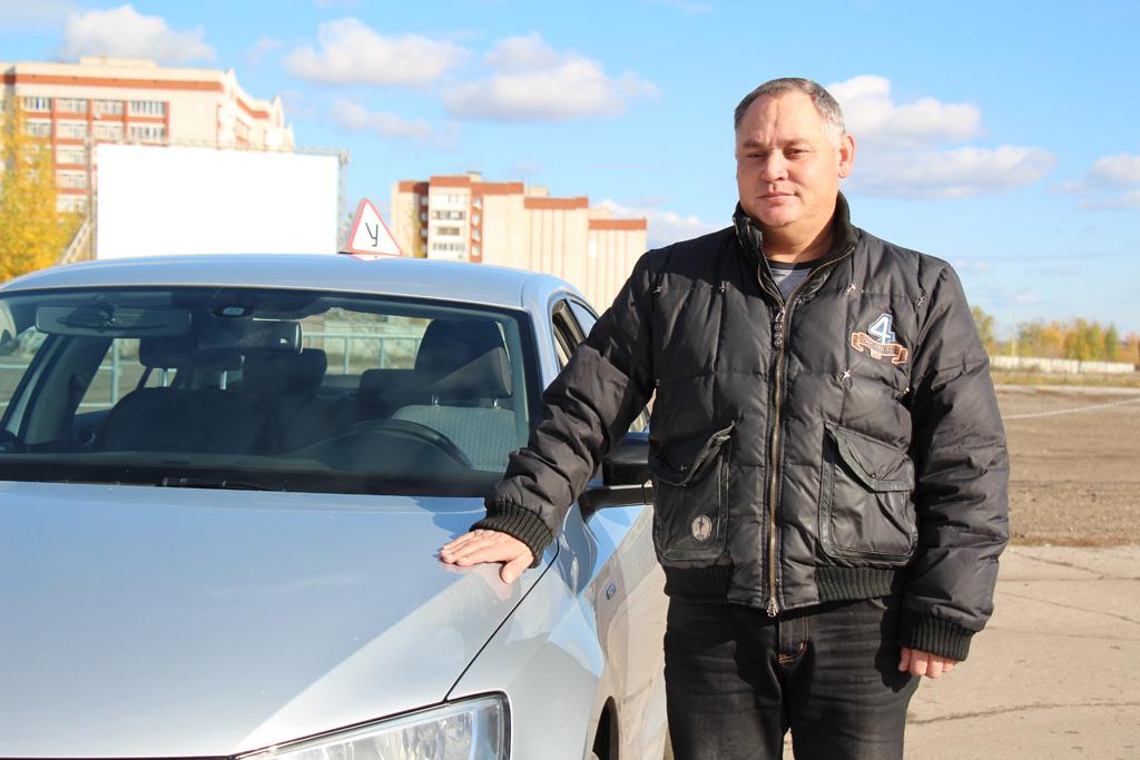 Инструктор с автомобилем